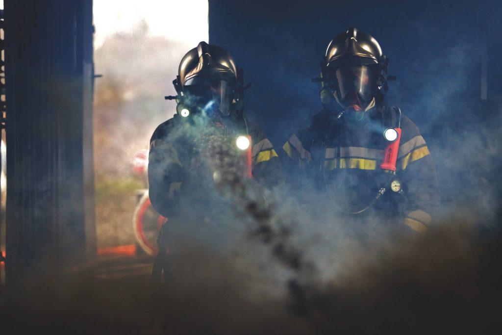 Sapeurs-pompiers en pleine fumée