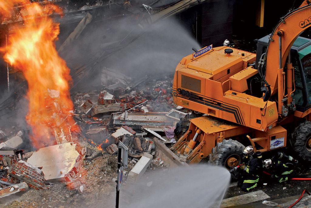 Fuite de gaz enflammée suivie d'une explosion